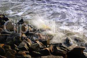 Nordseebrandung auf die Felsen am Ufer mit Wasserspritzern