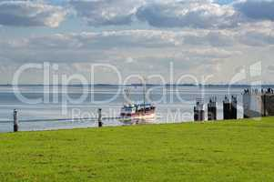 Hafen Ausfahrt mit Schiff und Fischkutter in Büsum
