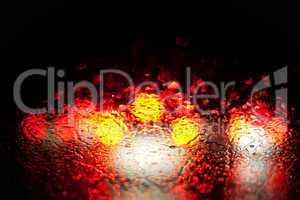verschwommene Rücklichter im Regen