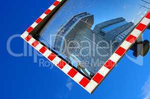 Kontrollturm Eidersperrwerk im Spiegel der Straße