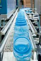 Serienfertigung von Kunststoffbehältern Mass production of plast