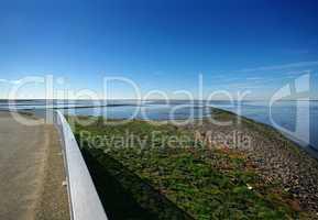 Schleuse am Eidersperrwerk der Nordseeküste mit Weitblick