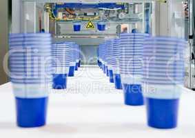 Serienfertigung von Kunststoffbechern Mass production of plastic