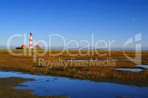 Westerhever Leuchtturm mit Prielwasser im Vordergrund