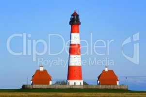 Westerhever Leuchtturm im Wattenmeer mit Häusern
