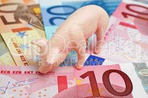 Sparschwein mit Geldscheinen - Looking for Money