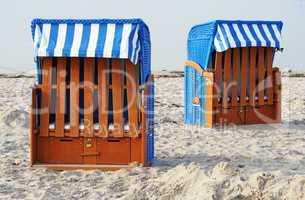 Zwei Strandkörbe im Sand - Beach Chairs