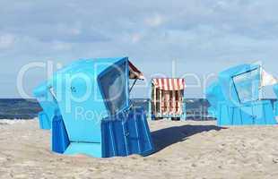 Blaue Strandkörbe am Meer - Holidays Concept