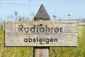 Radfahrer absteigen - Naturschutz Gebiet