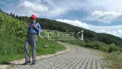 Wanderung in den Weinbergen - Senior Hiker