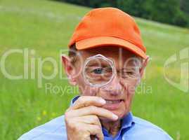 Senior mit Lupe - Senior with magnifying Glass