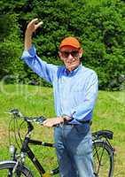 Fröhlicher Senior mit Fahrrad - Happy Senior with Bike