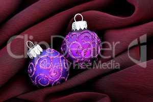 Weihnachtskugeln auf Stoff