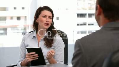Gespräch im Büro