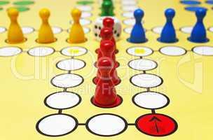 Spiel mit Würfel und Figuren - Parlour Game
