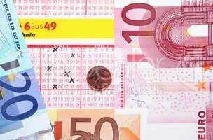 Lottoschein mit Euros und Cent
