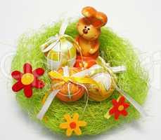 Osterhase mit Ostereiern im Nest - Easter Bunny