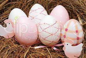 Osternest mit Eiern und Hühnern
