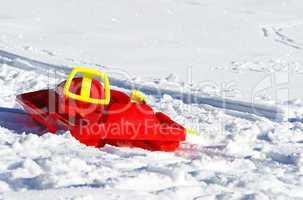 Roter Schlitten im Schnee