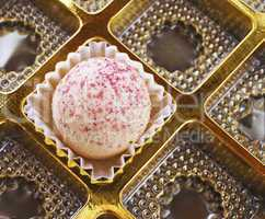 Praline in goldener Box