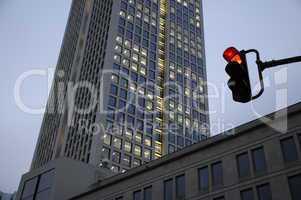 Ampel an einem Hochhaus in Frankfurt