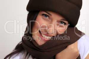 Junge Frau mit Mütze und Schal