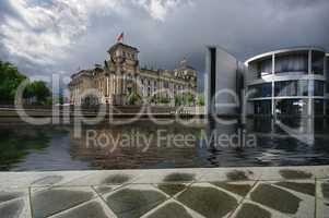 Reichstag Berlin nach einem Regenguss an der Spree