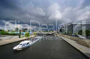 Schifffahrt im Regenwetter in Berliner Regierungsviertel