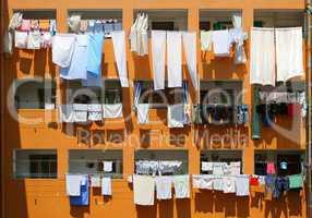 Wäsche vor Fassade