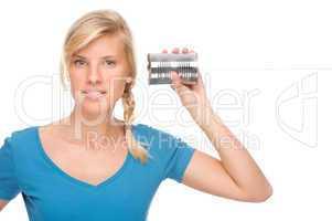 Frau mit Dosentelefon