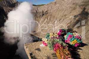 Blumenstrauß als Opfer am Krater des Mt. Bromo