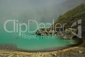 Gelbe Schwefelmine mit blauem See im Vulkan, Ijen Plateau
