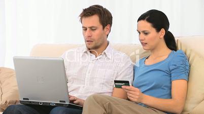 Paar mit Laptop und Kreditkarte