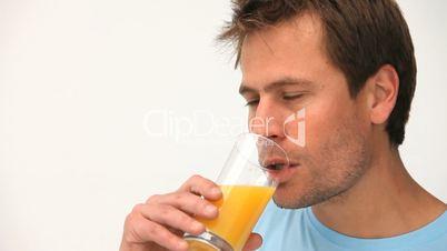 Mann trinkt Orangensaft