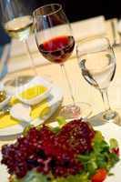 Gedeckter Esstisch mit Weingläsern Covered dining table with win