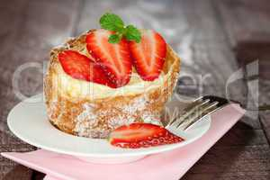 frischer Windbeutel mit Erdbeeren / fresh cream puff with strawb