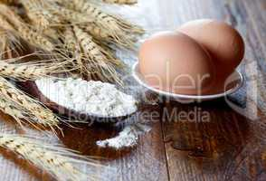 Mehl auf Holzlöffel und Eier / flour on spoon and eggs