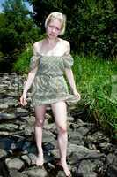 Frau steht im Fluss 811