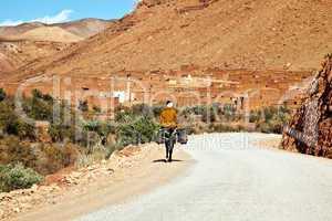 Mann reitet auf seinem Esel in sein Dorf 877