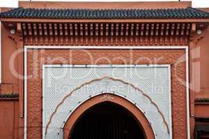 Verziertes Tor in Marrakesch 325