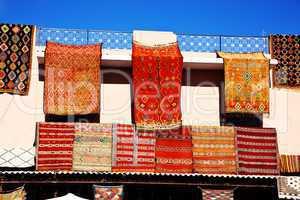 Teppiche zum Verkauf an Hauswand 393