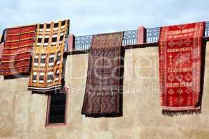 Teppiche zum Verkauf an Hauswand 578