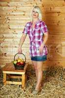 Junge blonde Frau mit Obstkorb 229