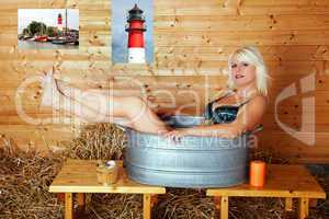 Junge blonde Frau sitzt in Blechwanne 242b