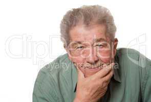 Senior blickt zufrieden in die Kamera