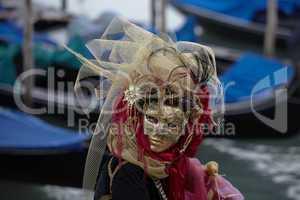 Venezianisches Kostüm vor Gondeln