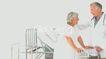 Arzt besucht kranke Frau im Krankenhaus