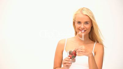 Frau mit Erdbeeren