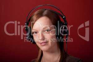 Mädchen mit Kopfhörer auf rotem Hintergrund