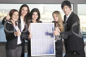 Menschen mit Solarpanel